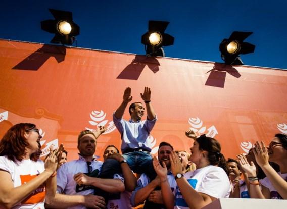 Enkele jongerenkandidaten hijsen Bruno Tobback op hun schouders. Zij geloven alvast in een ietwat goede uitslag.