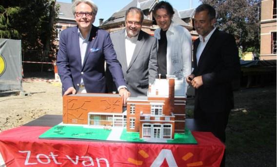 Schepen Philip Heylen, districtsschepen Koen Raets, Dirk Denoyelle en architect Lootens stellen de Lego-maquette voor.
