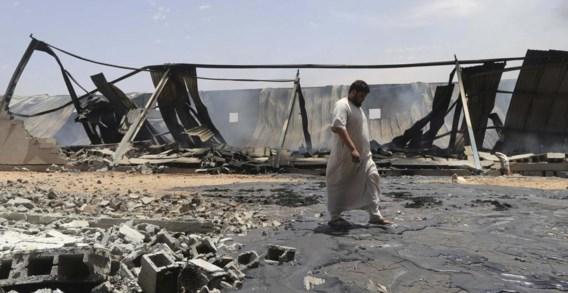 Sporen van het zware geweld tussen verschillende milities in Benghazi: een vernielde opslagplaats.