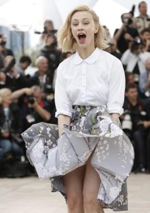 De Canadese actrice Sarah Gadon doet 'een Monroetje' bij de voorstelling van 'Maps to the stars'.