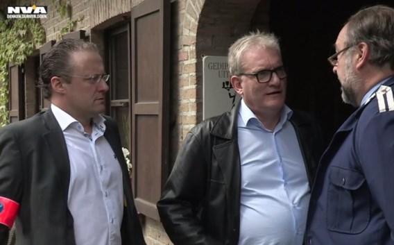 Van Den Driessche met politieman Descheemaecker