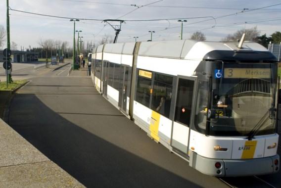 Jong meisje aangereden door tram na val door sporen