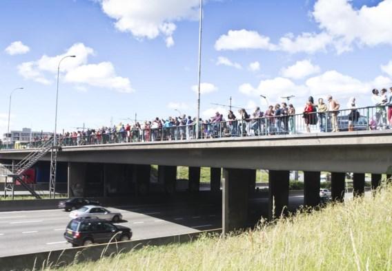 Eerder werd er al een 'Ringland wave' georganiseerd op de bruggen over de autosnelweg.