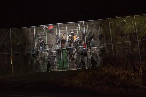 Aan de grens tussen Marokko en de Spaanse enclave Melilla proberen Afrikaanse migranten bij nacht over het hekken te klimmen.