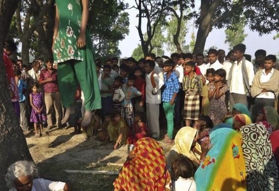 In het Indiase Katra verzamelen dorpelingen rond de mangoboom waar de lichamen van de twee tienermeisjes werden teruggevonden. Latere autopsie wees uit dat ze allebei verkracht waren en stierven door ophanging.
