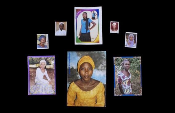 In de handen van Boko Haram. Bovenaan v.l.n.r.: Yana Pogu, Rhoda Peters, Saratu Ayuba, Comfort Bullus, Dorcas Yakubu. Onderaan v.l.n.r.: Hauwa Mutah, Hajara Isa, Rivkatu Ngalang.
