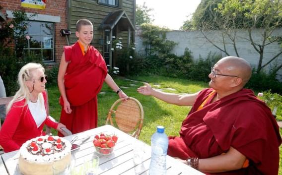 Met zijn moeder en de monnik die hem vergezelt.
