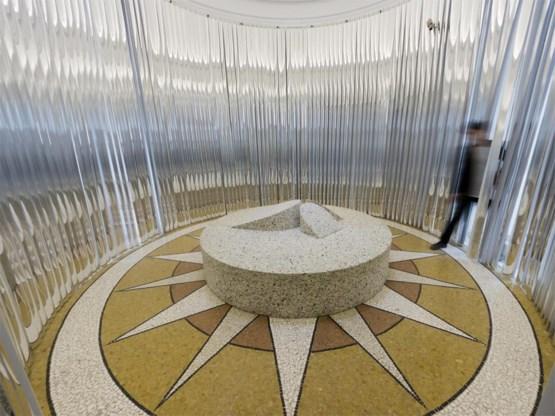 Een ronde slaapkamer in het Amerikaans paviljoen, dat OfficeUS werd gedoopt.