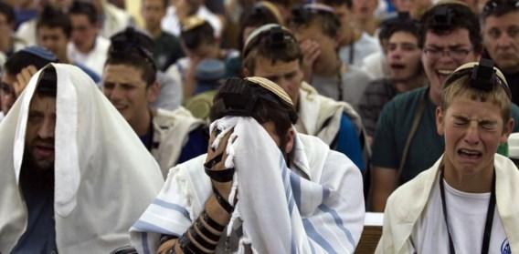 Jonge Israëli's bidden voor hun ontvoerde vrienden. Het incident doet het Israëlisch-Palestijns conflict weer oplaaien.