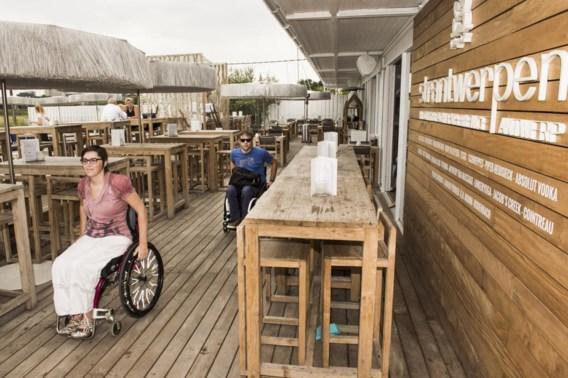 Joke en Michiel brengen met de app 'On wheels' de rolstoelvriendelijkheid van het Antwerpse centrum in kaart. 'We vragen niet veel: een blauwe parkeerplek dichtbij, een helling bij te hoge drempels en een toegankelijk toilet.'