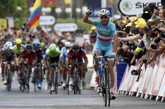 Schaduwfavoriet Nibali wint eerste slag in de Tour