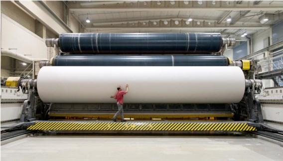 Zowat elk uur wordt een moederrol geproduceerd van 10,4 meter breed, bijna 4 meter dik en meer dan 100 ton zwaar.