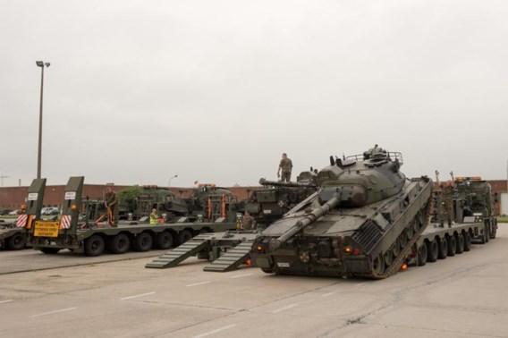 Leopardtanks rijden laatste keer in defilé