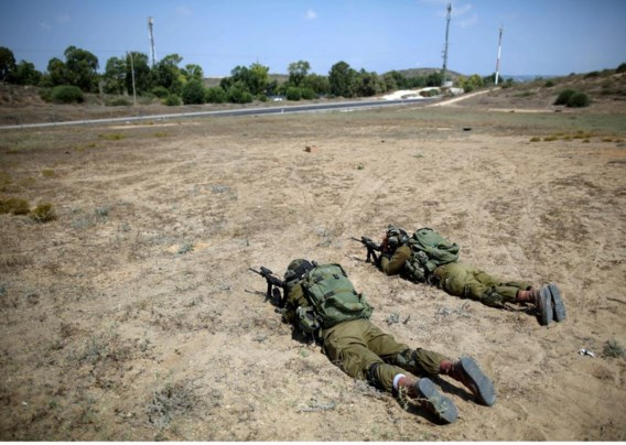 Israëlische soldaten houden de grens met Gaza in de gaten.