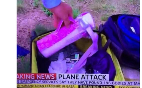 Journalist Colin Brazier raapt een van spullen van de slachtoffers op.
