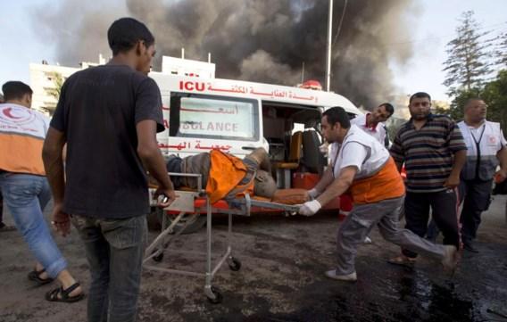 Hulpverleners voeren een Palestijn af die gistermiddag zwaargewond raakte bij een luchtaanval op een markt in het oosten van Gaza-Stad.