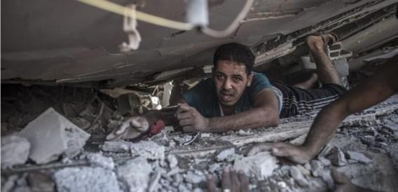 Palestijnen onderzoeken het puin van een huis dat vernietigd werd bij een Israëlische luchtaanval in het noorden van Gaza.