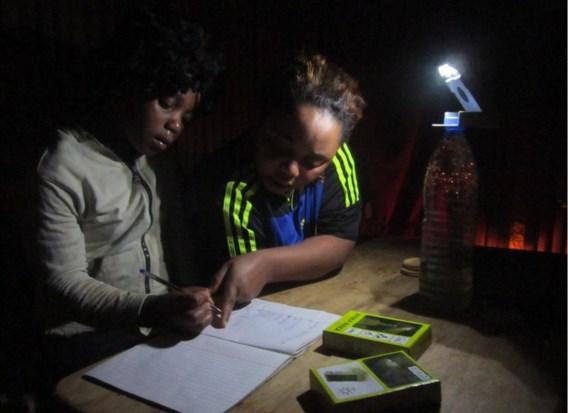 De WakaWaka Power geeft licht via twee ingebouwde ledlampjes.