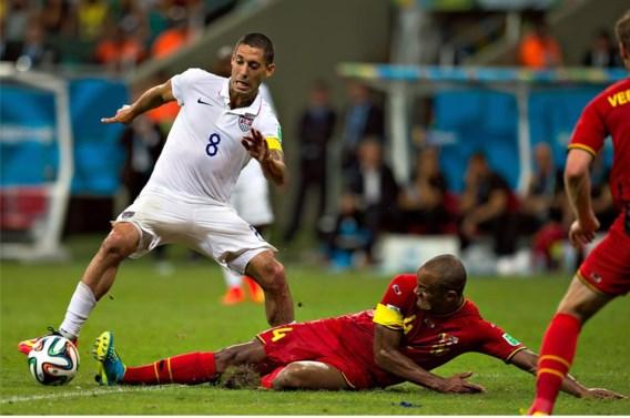 Kapitein Vincent Kompany (m.) op het WK in duel met zijn Amerikaanse collega Clint Dempsey. Op en naast het veld is Kompany de onbetwiste aanvoerder.