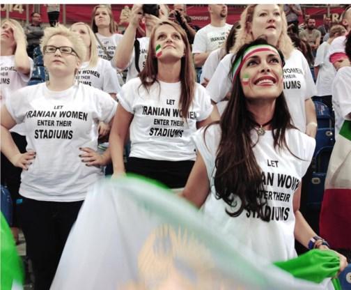 Darya Safai (vooraan rechts) voerde in Polen actie tegen het Iraanse stadionverbod voor vrouwen.