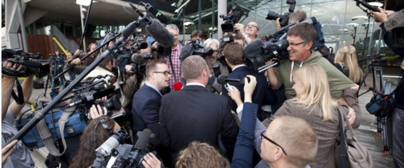 Dimitri Bontinck wordt belaagd door journalisten en cameramensen. Het proces begon vandaag onder een massale persbelangstelling.