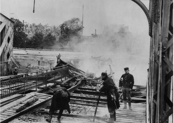 Belgische ingenieurs blazen in Dendermonde de brug over de Dender op om de Duitsers tegen te houden.