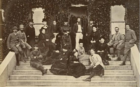 Groepsportret met uiterst rechts Oscar Wilde.