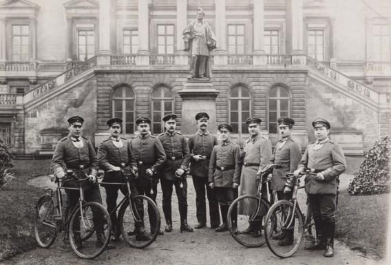 Duitse koeriers per fiets, die deel uitmaken van de administratie, poseren voor het gerechtsgebouw in Gent.