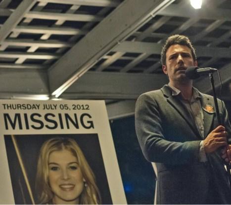 Als Nicks (Ben Affleck) vriendin verdwijnt, laten de media hem niet meer los. Een knipoog naar het turbulente liefdesverleden van Affleck.