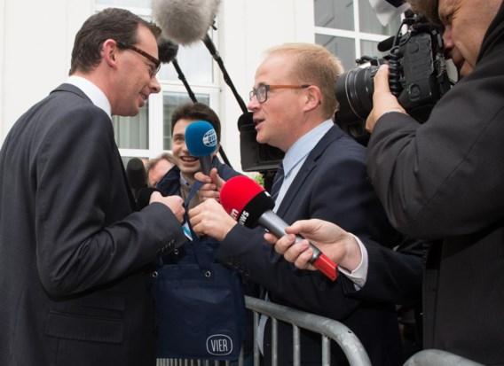'Neen, Sven liep niet in de weg', zegt Michaël Van Droogenbroeck (midden, achter microfoon).