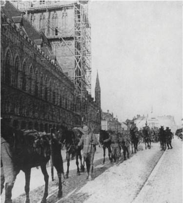 De Duitse 3. Kavallerie-Division in Ieper, 7 oktober 1914. Duitse cavalerietroepen hebben Ieper een dag bezet, nog voor de aanvang van de Eerste Slag. Van die doortocht zijn slechts enkele foto's bekend.