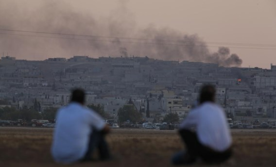 Vanuit Turkije kijken Koerden naar de Syrische grensstad Kobani, waar de Amerikanen de luchtaanvallen tegen IS opdrijven.