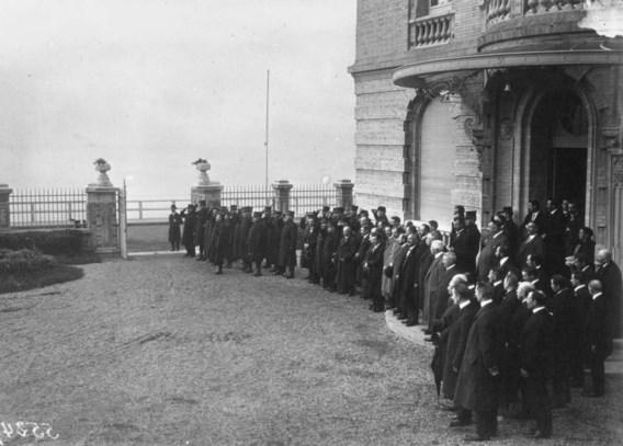 Officieren en ambtenaren van het ministerie van Oorlog aan 'L'Hôtellerie', de zetel van de Belgische regering in Le Havre.