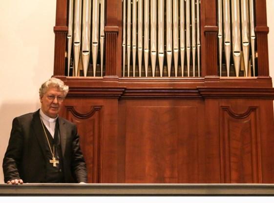 Bisschop Luc Van Looy bij het gerestaureerde orgel.