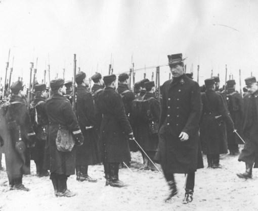 Koning Albert profileert zich nadrukkelijk als opperbevelhebber van het leger en oogst daarmee respect in binnen- en buitenland.