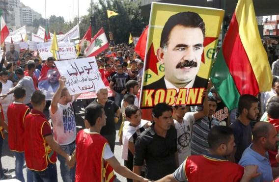 Koerdische betogers in Beiroet dragen een foto mee van PKK-leider Öcalan en eisen dat Turkije de Syrische Koerden in Kobani, belaagd door IS, helpt redden.