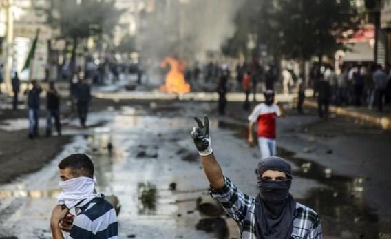 Koerden betogen tegen de Turkse politie in de Turkse stad Diyarbakir. Ze zijn boos omdat de Turkse regering geen actie onderneemt om de Koerdische strjjders te helpen die vechten tegen IS in Kobani.