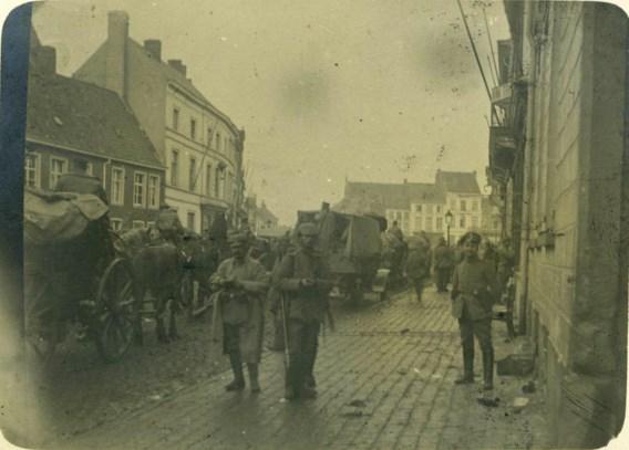 Twee foto's van 20 oktober 1914: Roeselare wordt bezet door de Duitsers.