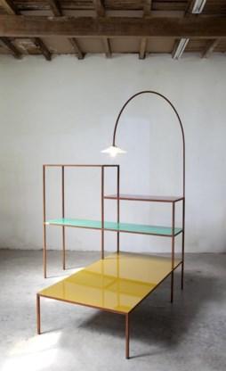 Tafel, rek en lamp ineen: poëtisch en eerlijk.