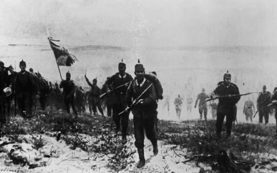 Jonge Duitse soldaten trekken ten strijde in Langemark. Of ze ondertussen uit volle borst 'Deutschland über alles' zingen zoals de legende wil, valt te betwijfelen.