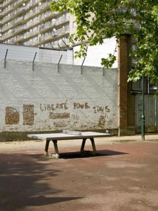 Te midden van beton, prikkeldraad en een vastgenagelde pingpongtafel dromen jongeren van vrijheid.