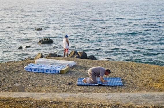 Rafik (rechts) bidt in zijn geboorteland Marokko, waar hij familie bezoekt.