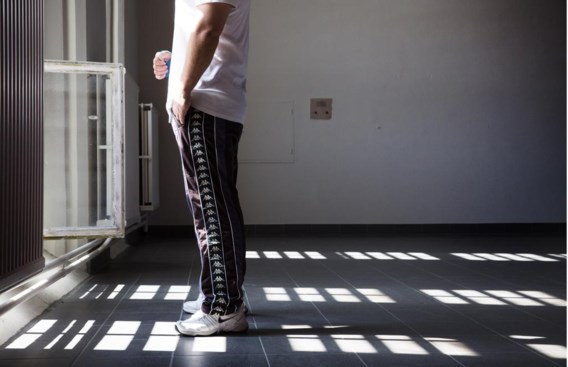 Een gedetineerde in Oudenaarde voor het open raam mét tralies.