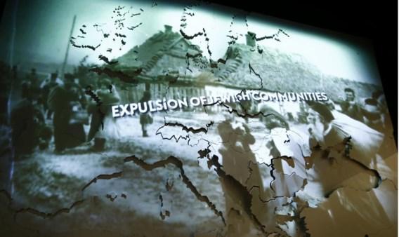 Op een scherm worden historische beelden over de pogroms geprojecteerd.