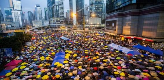 Betogers voor meer democratie in Hongkong hebben gisteren gedurende 87 seconden hun paraplu weer geopend. Een symbolisch getal, verwijzend naar de 87 keren dat de Hongkongse politie precies een maand geleden traangas inzette tegen protesterende studenten. De bezetting van een aantal straten duurt inmiddels voort.