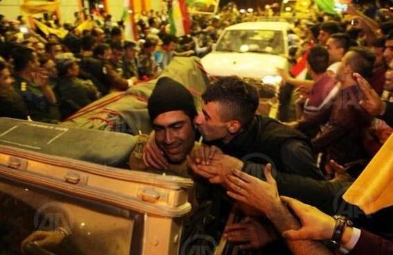 feestgedruis bij de aankomst van de Iraakse Koerden aan de Turkse grens.
