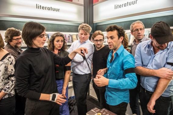 Enkele auteurs van DBBA hadden donderdagavond op de Boekenbeurs een rouwband om. Van links naar rechts: Gaea Schoeters, Geertrui Daem, Marc Reugebrink, Bart Van Loo, Jeroen Theunissen, Koen Peeters en Piet Joostens.