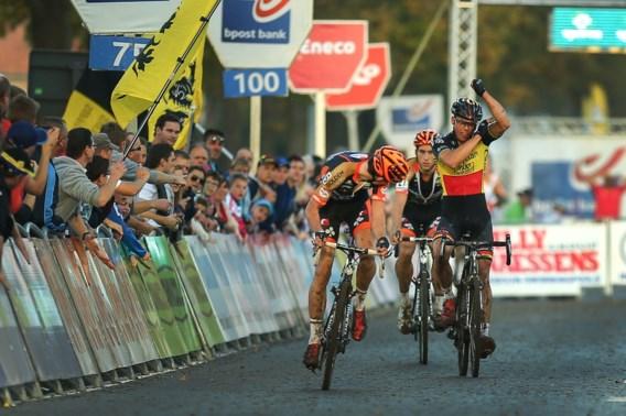 Wout Van Aert klopt Nys in Koppenbergcross na dubieuze slotfase