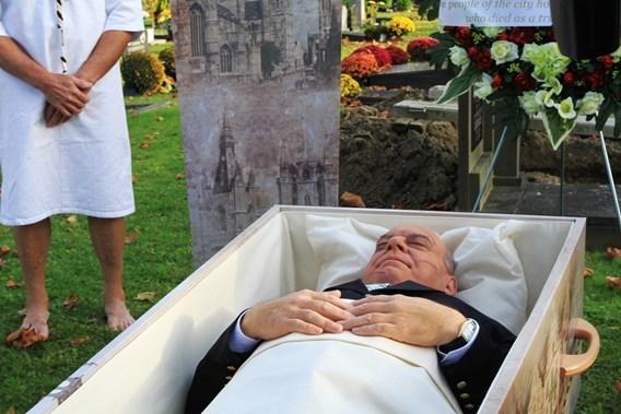 Burgemeester Daniel Termont op pakkende wijze 'begraven' in Gent