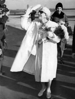 De 'rode koningin' Elisabeth keert terug uit het Oostblok. Achteraan in beeld: haar dochter Marie-José, ex-koningin van Italie.
